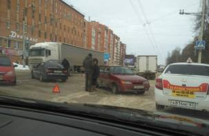 В Смоленске за полдня случилось более десяти аварий, город замер в пробках