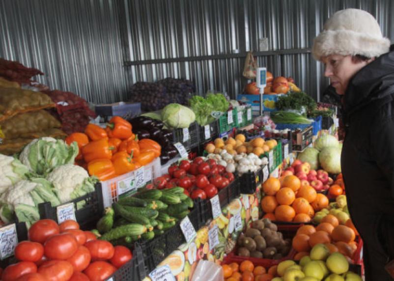 На смоленском рынке продают овощи и фрукты сомнительного качества