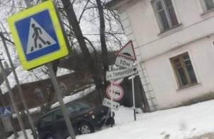 Невероятно, но факт: «Нива» в Смоленске влетела в дорожный знак