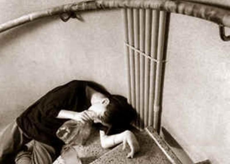 Печальная картина: в Смоленске подросток, нюхающий клей, попал на видео