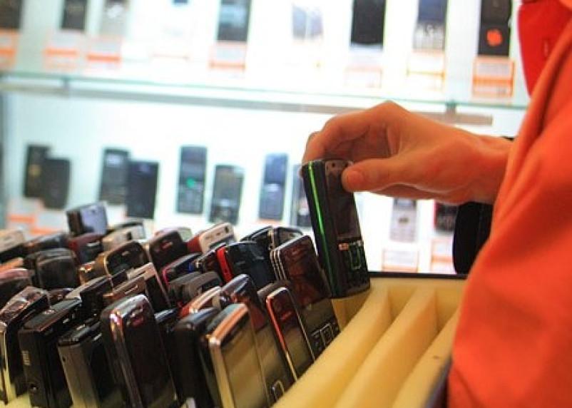 В Смоленске работник салона сотовой связи украл телефон
