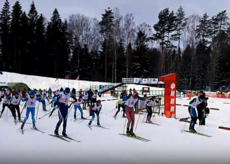 На соревнованиях по биатлону в Пржевальском присутствовал знаменитый чемпион мира Александр Тихонов