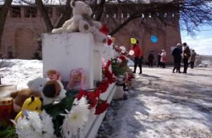 Ушли ангелы: смоляне второй день несут цветы к монументу кемеровской трагедии