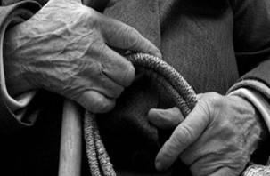Смолянин толкнул выходившую из магазина бабушку и украл ее кошелек