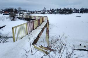 Смоляне рискуют провалиться в реку из-за сломанного моста