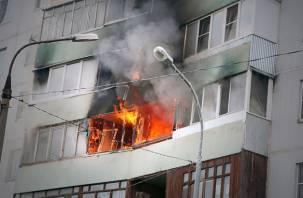 На улице Рыленкова в Смоленске полыхал балкон