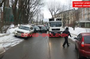 В Смоленске зазевавшаяся автоледиснесла «Ниву»