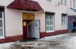 Смоленские коммунальщики сбили сосульки вместе с козырьком магазина
