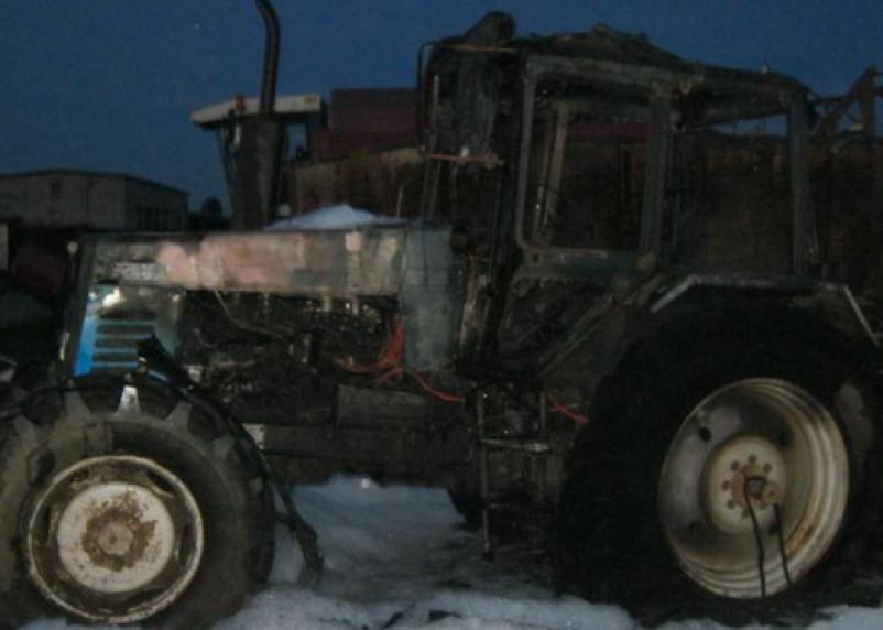 Под Смоленском трактор сгорел вместе с ангаром