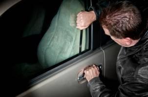 Житель Десногорска обчистил автомобиль беспечного водителя