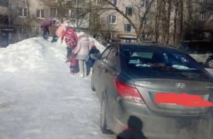 В Смоленске дети «влетают» на санках в припаркованные иномарки