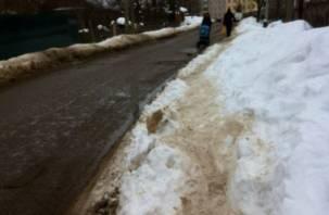 В Смоленской области тротуар «проложили» по сугробам