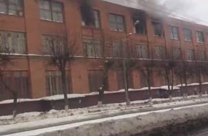 В Смоленске вспыхнул завод холодильников, прохожие снимают видео