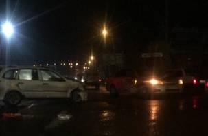 Жесткая авария в Смоленске: иномарка на скорости снесла «Калину»