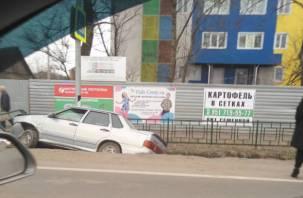 Огромный затор в сторону центра: в Смоленске на Тихвинке ВАЗ улетел в кювет