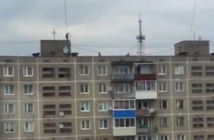На видео попали опасные игры смоленских детей на крыше многоэтажки