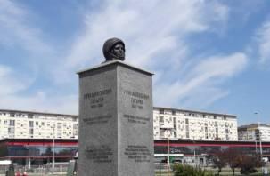 «О, нет»: странный памятник Гагарину демонтировали после жалоб