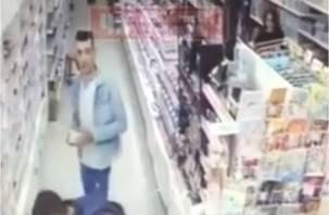 На видео попала кража из магазина в Смоленской области