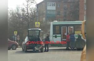 «Движение затруднено». В Смоленске столкнулись автобус и легковушка