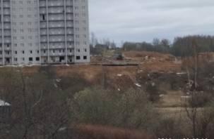 В Смоленске строители выбрасывают мусор из окон