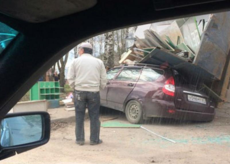 Появилось видео последствий падения мусоровоза на легковушку в Смоленске
