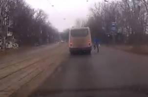 В Смоленске сняли на видео неадекватного пешехода
