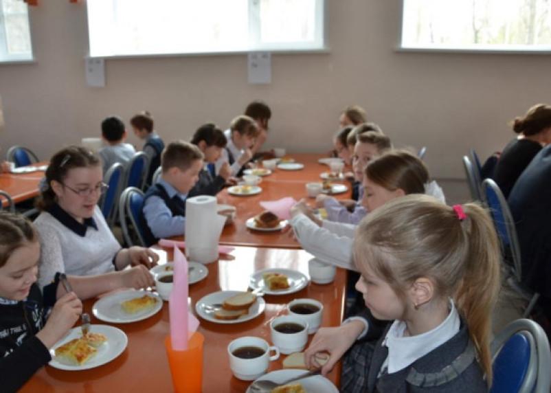 Горячим питанием обеспечены более 70% смоленских школьников