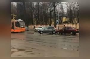 В Смоленске столкнувшиеся легковушки парализовали движение трамваев
