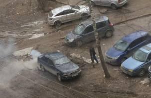 Смоленские автохамы организовали «грязную» парковку на зеленой зоне