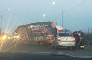 «Газель вошла в фуру»: об аварии в Смоленской области сообщают очевидцы
