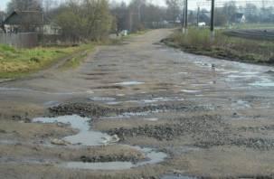 «Мужики красавцы»: в Ярцеве жители сами ремонтируют дороги