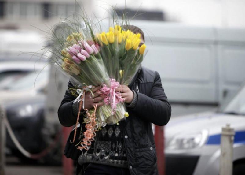 В Смоленске парень украл цветы из павильона и продал их прохожим