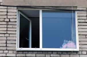 В Смоленске из окна многоэтажки выпала девочка