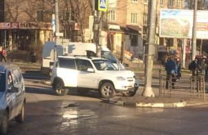 «Водитель в отключке». На оживленном перекрестке в Смоленске машина врезалась в столб