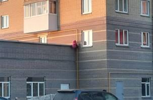 Маленькая смолянка залезла на крышу здания по газовой трубе