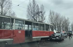 «Жесткий замес». В Смоленске произошла серьезная авария с участием трамвая