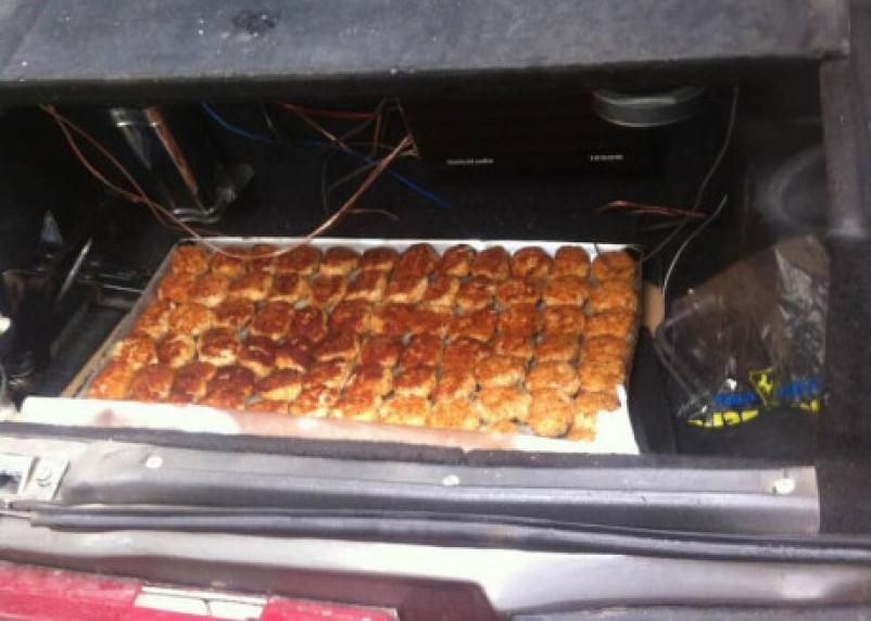 Смоленских школьников «травят» обедами из грязного багажника