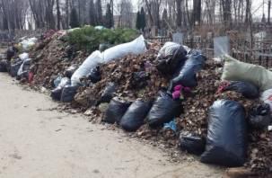 Кладбище в центре Смоленска завалили мусором