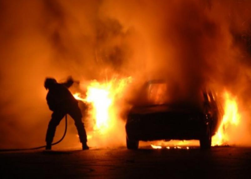 Смолянин поджег машину своего коллеги и попал на камеру