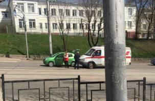 В Смоленске машина «скорой помощи» влетела в легковушку