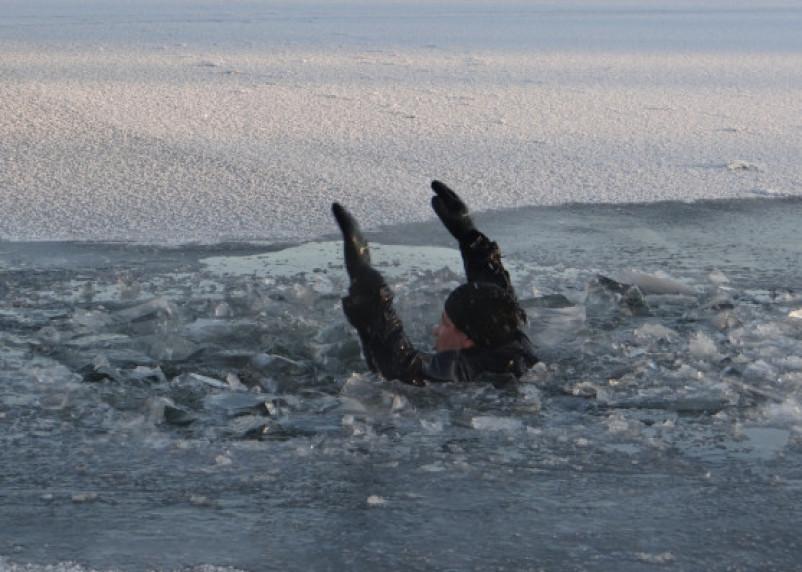 Пьяный смолянин решил проверить толщину льда и едва не погиб