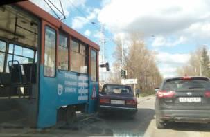 В Смоленске трамвай снес легковушку