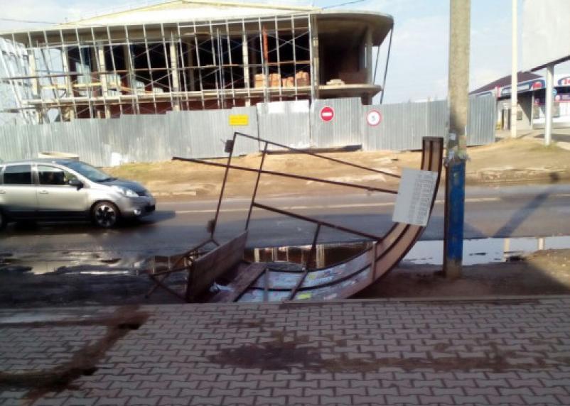 В Смоленске штормовой ветер сносит все на своем пути