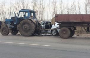 Смоленский тракторист протаранил легковушку и попал в больницу