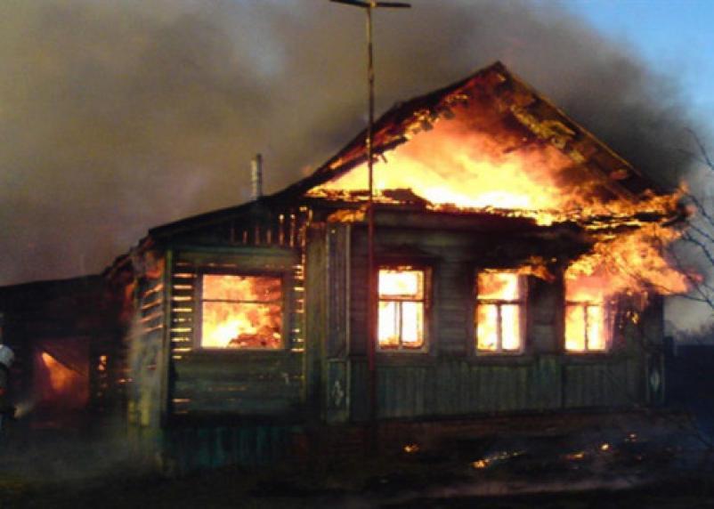 В Смоленской области из горящего дома спасли женщину с сыном