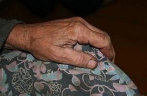 В Смоленске мужчина едва не зарезал старушку-соседку из-за денег