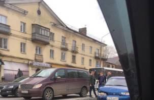 В Смоленске в результате ДТП иномарку выбросило на «встречку»