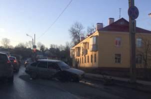 Жесткая авария в Смоленске: машина разбилась в хлам