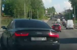 «Зачем ждать? Это ведь не забор!» Грубое нарушение ПДД в Смоленске попало на видео