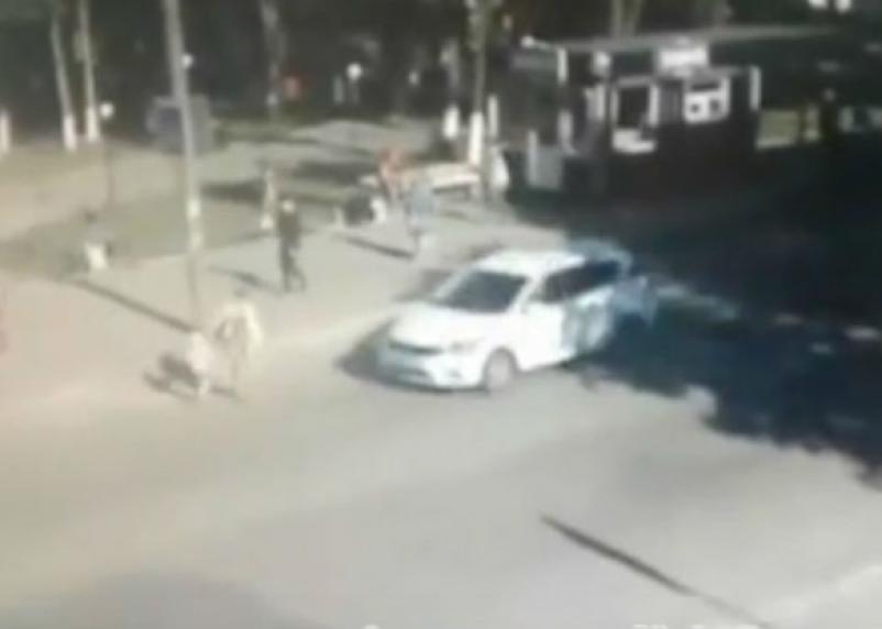 На видео попал момент наезда иномарки на смолянку с ребенком